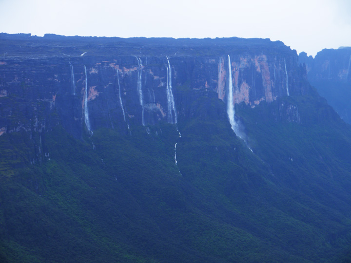 La Ventana, many waterfalls dropping down the opposing Mount Kukenan