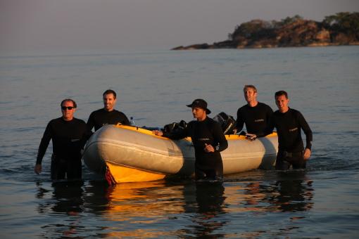 Ek het vir 'n paar maande as duik instrukteur/navorser op Malawi meer, hier kom ek en 'n paar studente terug na 'n duik.