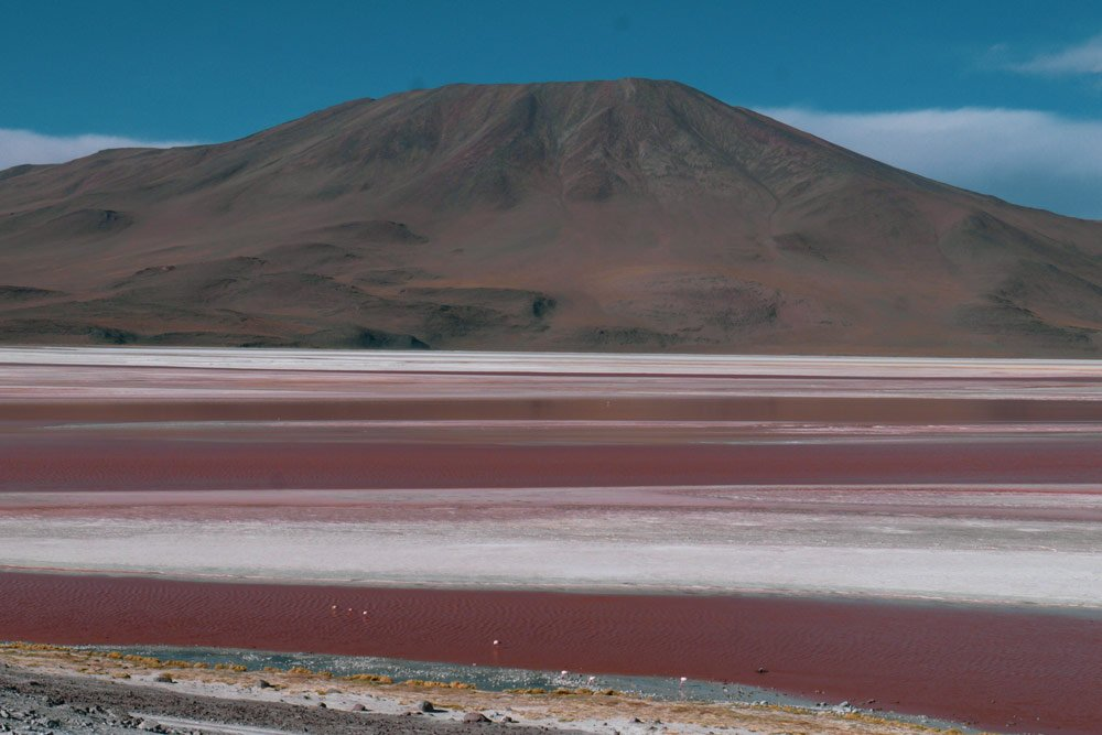 salar-de-uyuni-red-lake