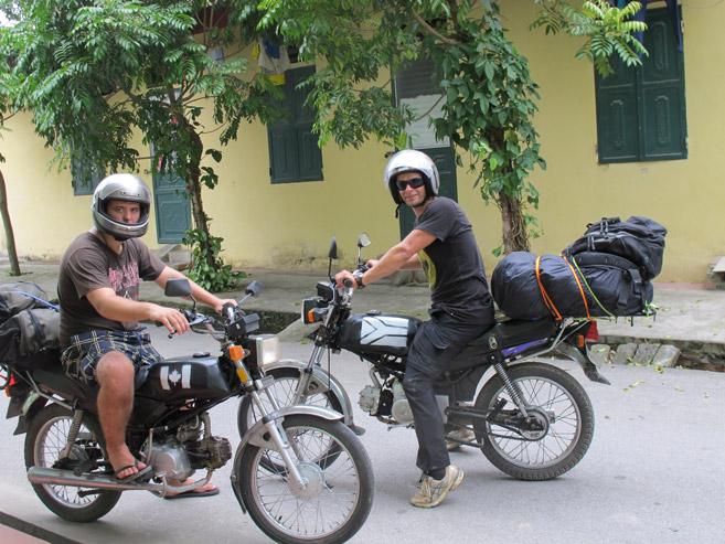 Vietnam, ek en Ryan 'n Kanadese vriend, het motorfietse gekoop in die noorde en dit 'n paar weke later in die Suide sonder 'n groot verlies verkoop. Let op die cool spuit werk wat ons op die petrol tenke gedoen het!