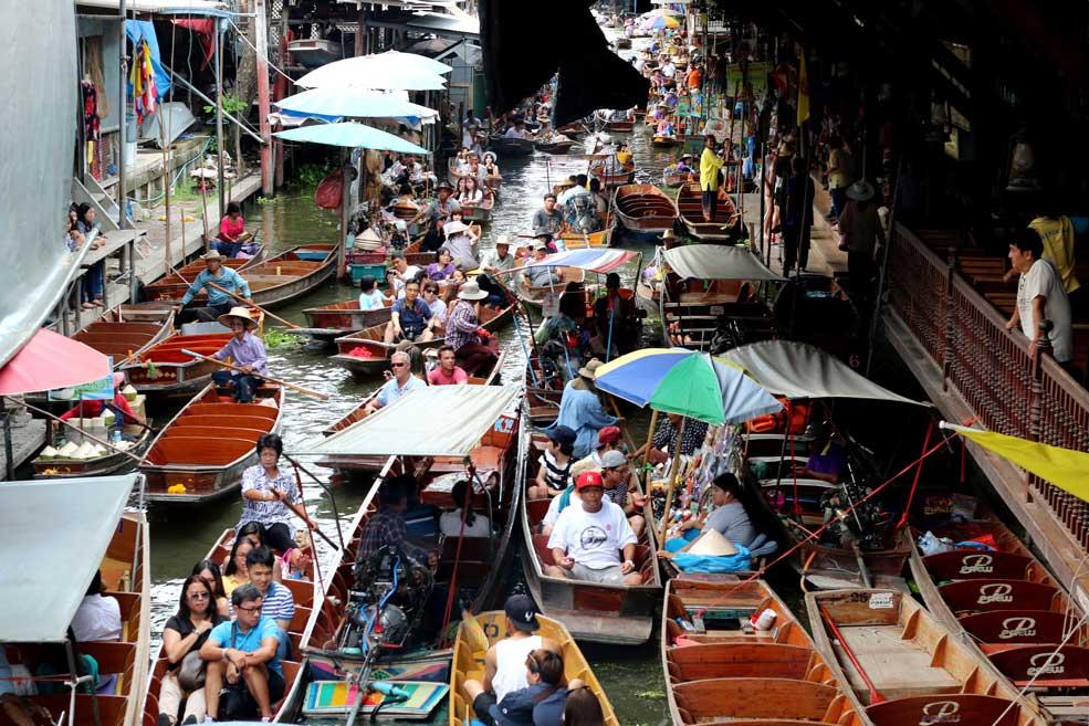 Traffic on the river at Damnoen Saduak. Floating markets Amphawa vs Damnoen Saduak
