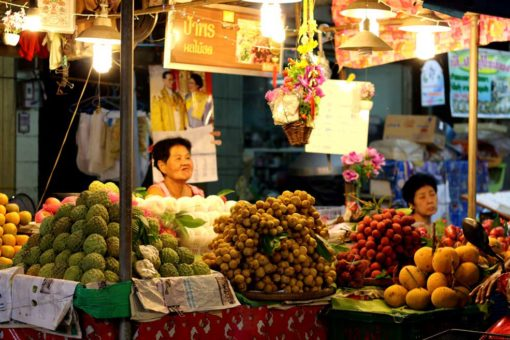 Amphawa market. Floating markets Amphawa vs Damnoen Saduak