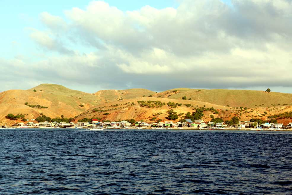 Some inhabited islands around Komodo. Flores backpacking guide