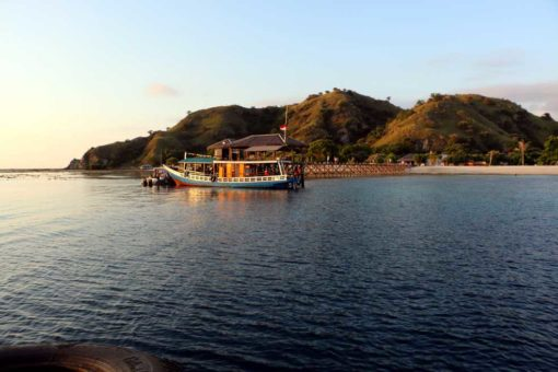 Kanawa island, expensive little paradise. Flores backpacking guide