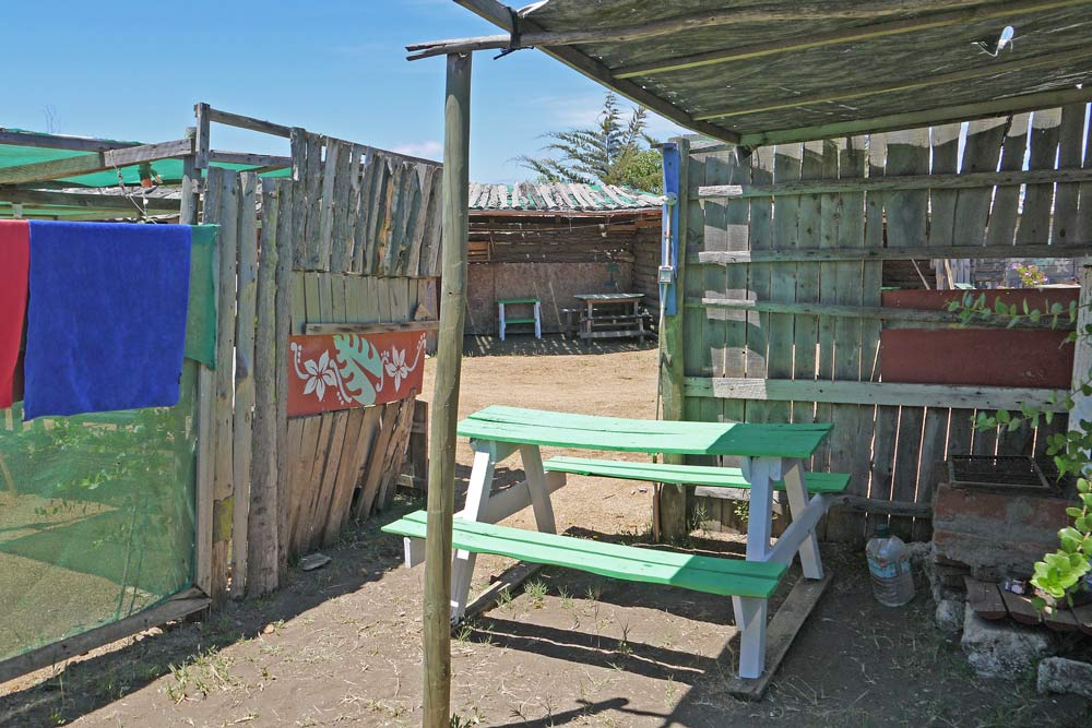 Camping spot with a table, benches, a fireplace in La Caletilla, Pichilemu