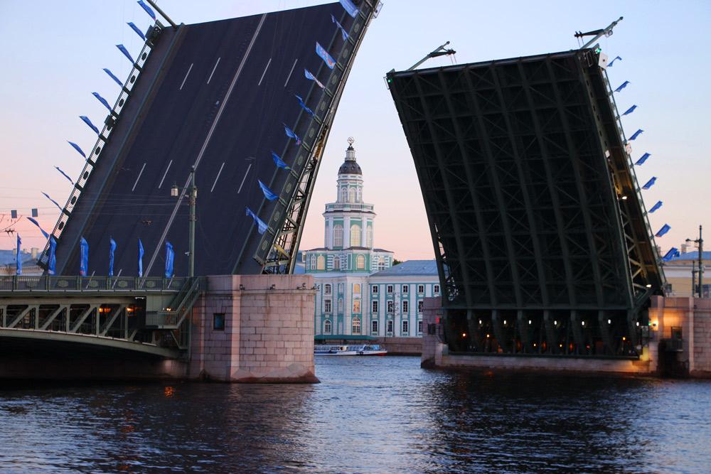 Kunstkamera and the opened Palace bridge