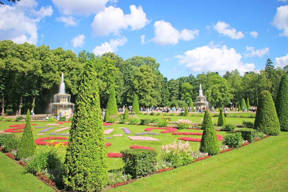 The regular park with fountains in Peterhof is a perfect place for a day trip from the city