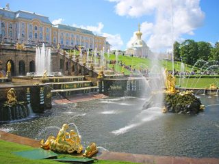The main fountain group and the palace in Peterhof, a day trip from St.Petersburg